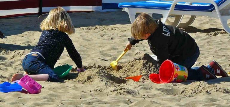 dzieci bawiące się w piasku