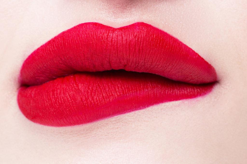 Matowe wykończenie ust – jak uzyskać trwały efekt?